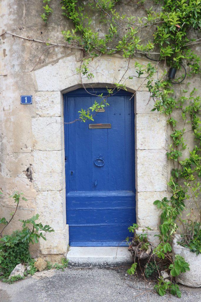 Porte bleue à Aups, village du Haut-Var