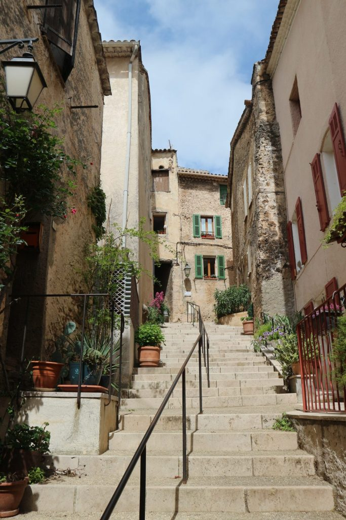 Visite du Var : de jolis escaliers à Villecroze