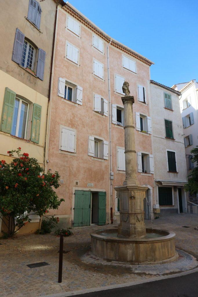Petite place dans le village de Callas