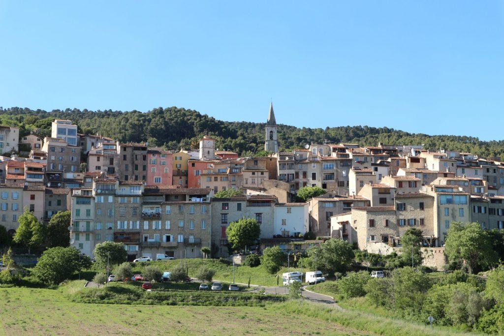 Vue sur Callas, petit village du Var, depuis la route